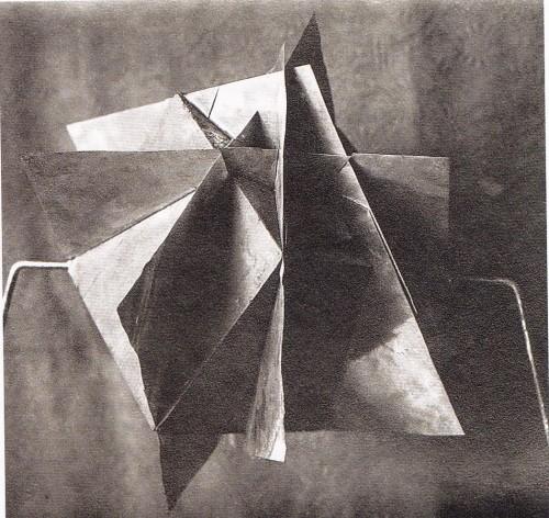 《超物体》(1923)四次元空間のキューブ。回転する。