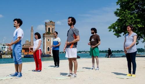 ブリヨン・グループらによるパフォーマンス「エアロビクス」 http://groupbouillon.blogspot.jp/2013/07/la-biennale-di-venezia.htmlより